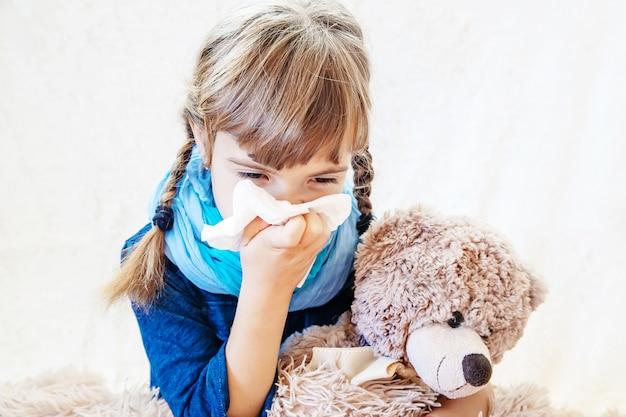 Enfant malade fille. prescrire un traitement. mise au point sélective.