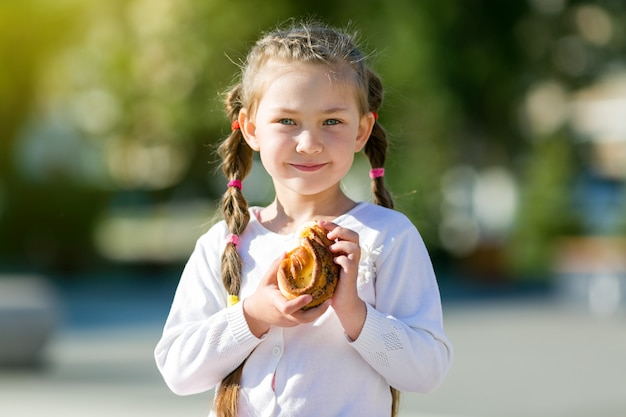 L'enfant mange un beignet sucré.