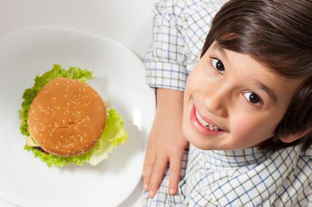 Enfant mange hamburger