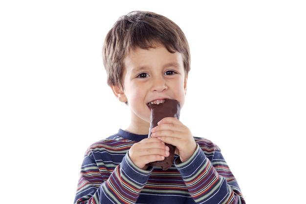 Enfant mangeant un brioches sur un fond blanc