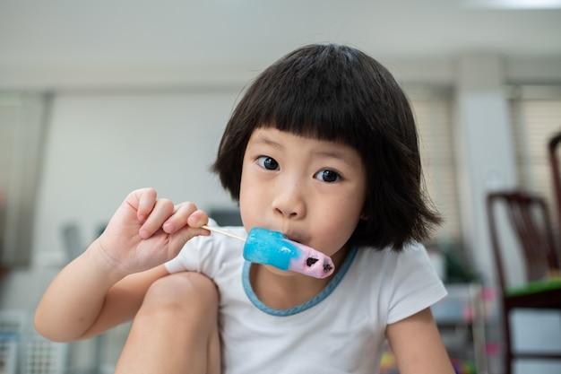Enfant, manger glace
