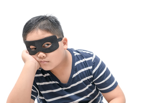 Enfant masqué pensant ou s'ennuyer isolé sur fond blanc