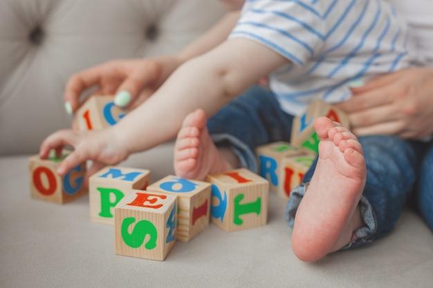 Enfant méconnaissable plaing avec des cubes abc