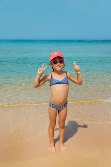 Enfant en mer au repos. périple