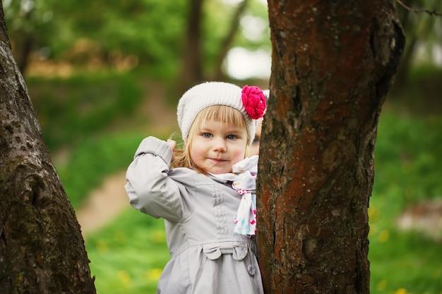 Un enfant mignon brillait de bonheur