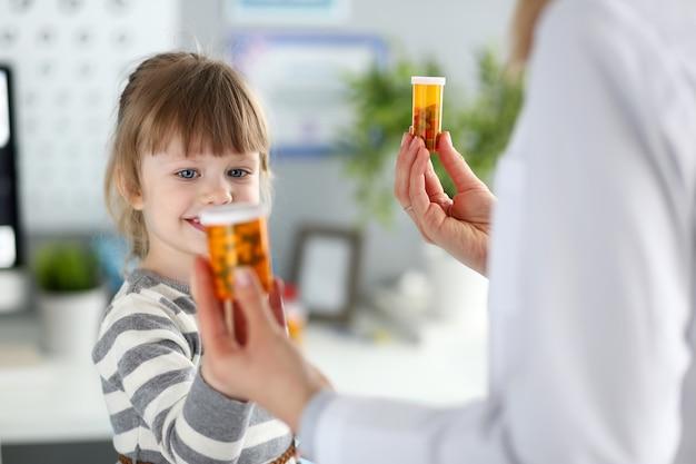 Enfant mignon choisissant des vitamines
