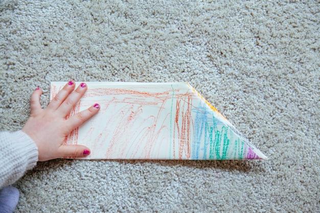 Enfant mignon faisant des arts et de l'artisanat à la maison