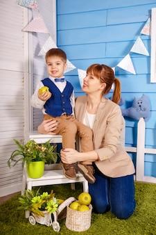 Enfant mignon faisant des exercices avec orthophoniste. maman pratiquant la prononciation de mots de langue étrangère avec petit fils. jeune orthophoniste professionnel enseignant un petit garçon ayant des problèmes de voix.