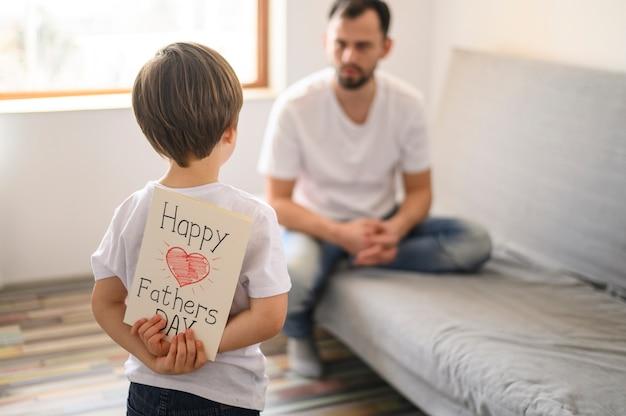 Enfant mignon surprenant son père