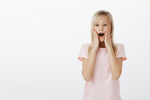Enfant mignon surpris à la recherche étonné et heureux