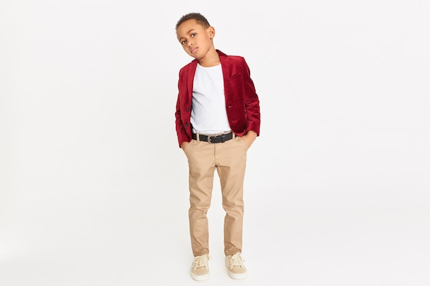 Enfant à la mode avec blazer rouge