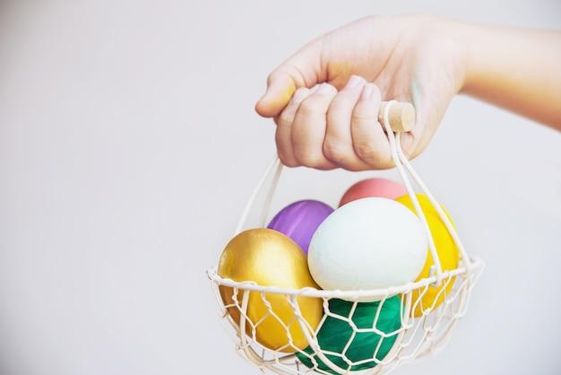 Enfant montrant des oeufs de pâques colorés avec bonheur - concept de célébration de vacances de pâques
