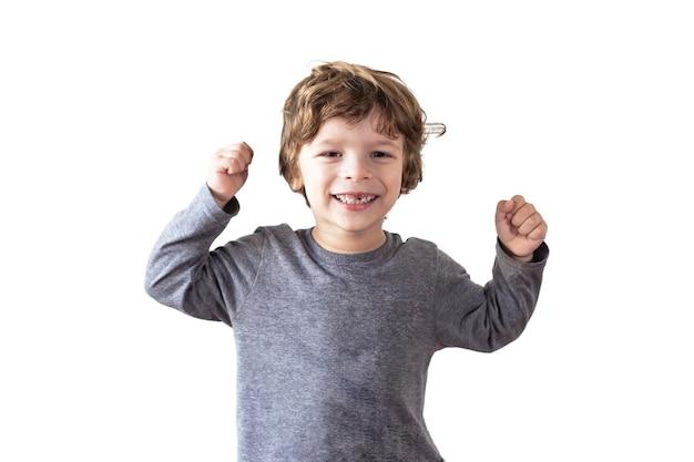 Un enfant montre ses muscles