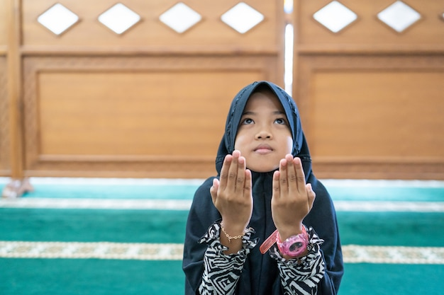 Enfant musulman priant dieu