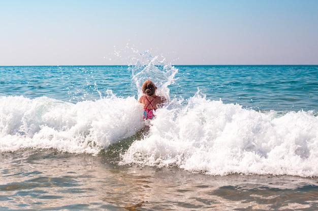 L'enfant nage dans la mer