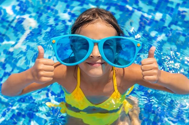 L'enfant nage dans la piscine. mise au point sélective. enfant.