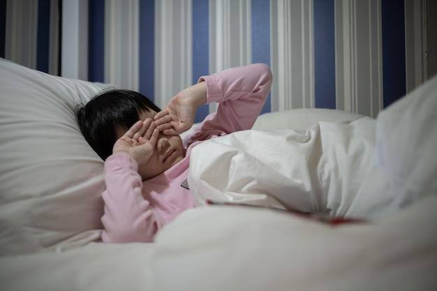 L'enfant ne veut pas aller à l'école, la mère frappe son enfant, la fille pleure, se sent triste