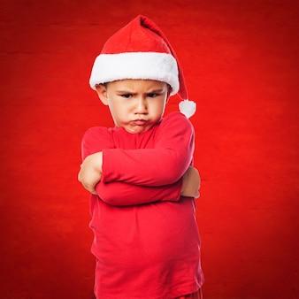 Enfant de noël avec un fond rouge