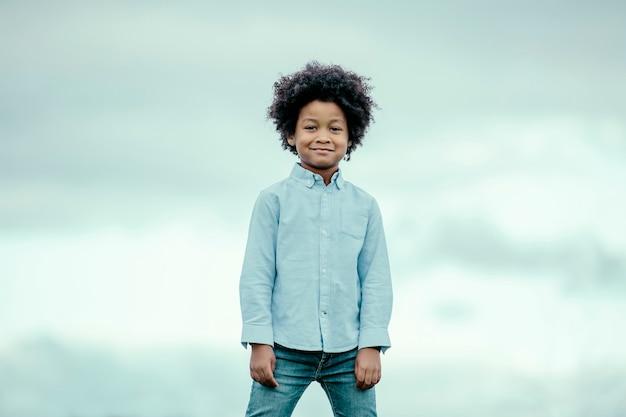 Enfant noir aux cheveux afro, souriant