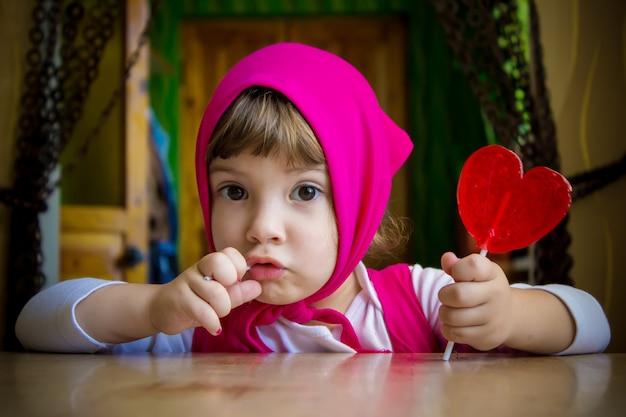 Enfant et nourriture. mise au point sélective.