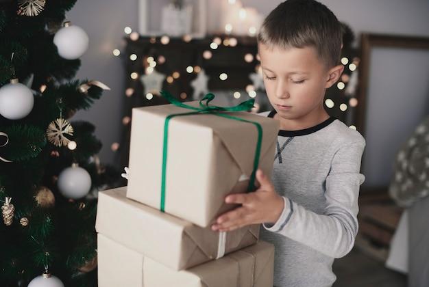 Enfant organisant un cadeau sur le dessus de l'autre