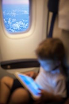 Enfant avec pad en avion volant