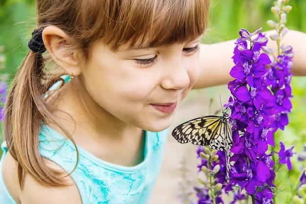 Enfant avec un papillon. idée leuconoe. mise au point sélective.