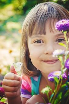 Enfant avec un papillon. mise au point sélective. la nature.