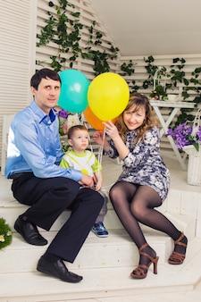 Enfant avec des parents célébrant l'anniversaire. famille heureuse célébrant le jour de la naissance ensemble.