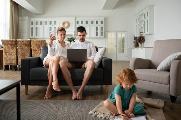 Enfant et parents complets avec ordinateur portable