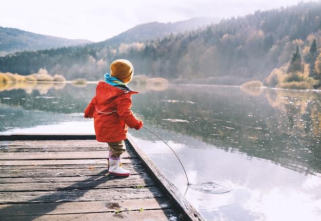 L'enfant passe du temps dehors dans l'air frais et froid pendant la saison d'automne