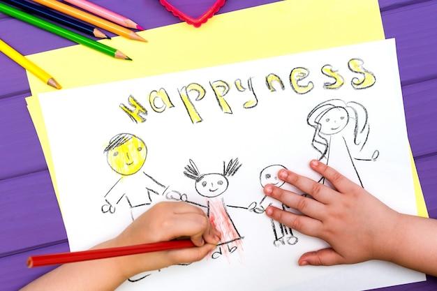 L'enfant peint un croquis de la famille