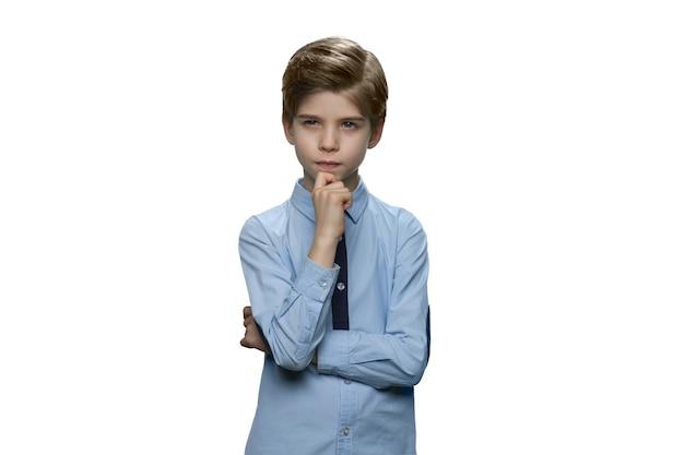 Enfant pensant profondément dans la pensée
