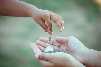 Enfant, petite fille, donner, monnaie, mère, sauver, argent, concept, ton, couleur, ton