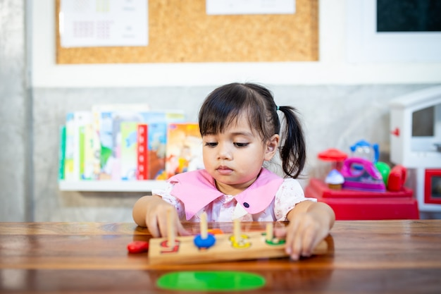 Enfant petite fille jouant des jouets en bois