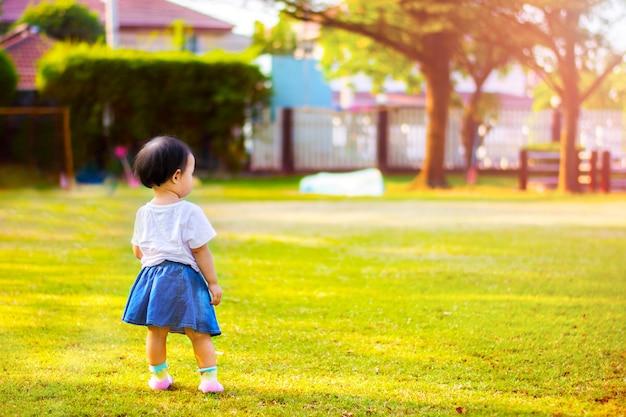 Enfant petite fille, stand, vue, dans parc