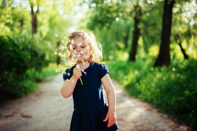 Enfant avec pissenlit
