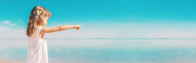 Enfant sur la plage. bord de mer. mise au point sélective. la nature