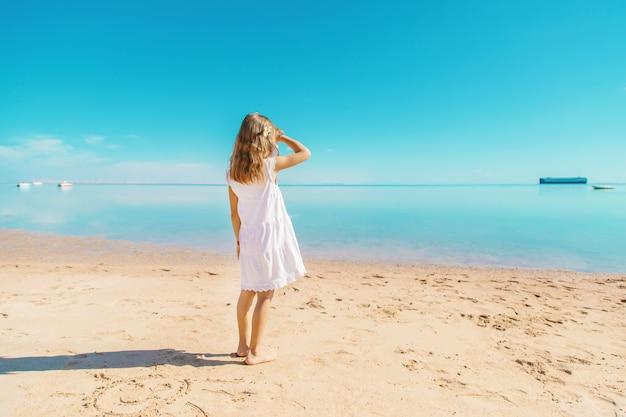 Enfant sur la plage bord de mer. mise au point sélective.