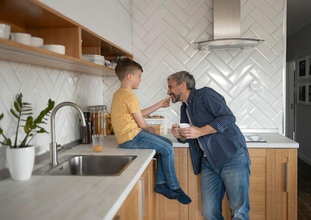 Enfant de plan moyen nourrissant le père