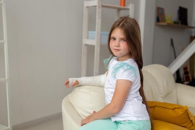 Enfant avec un plâtre sur un poignet ou un bras cassé