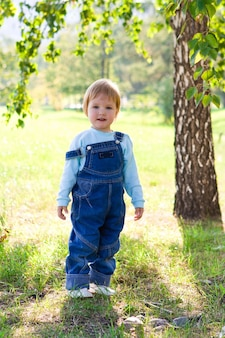 Enfant en plein air sur l'herbe verte