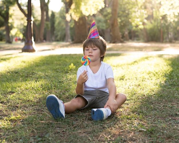Enfant plein coup assis sur l'herbe