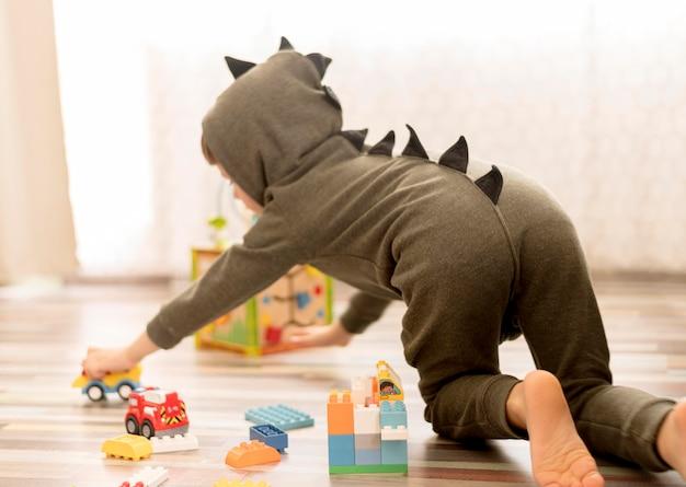 Enfant plein écran avec costume de dragon