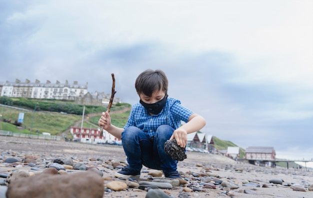 Enfant pleine longueur portant un masque protecteur contre la pollution ou le virus