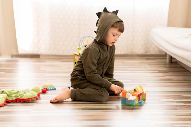 Enfant en pleine vue portant un costume de dragon