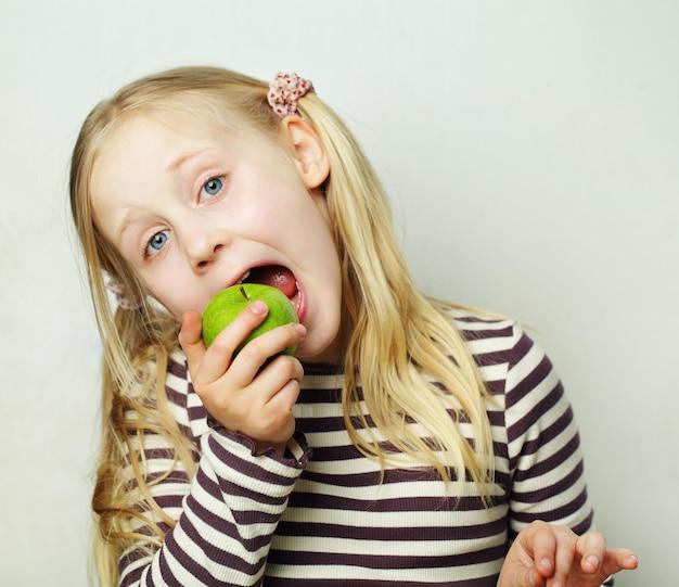 Enfant à la pomme verte - concept sain, humour