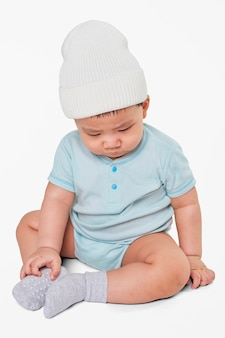 Enfant portant un bonnet en studio
