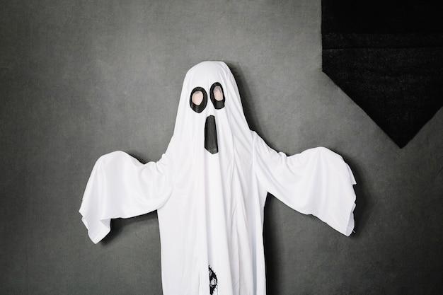 Enfant portant un costume fantomatique effrayant
