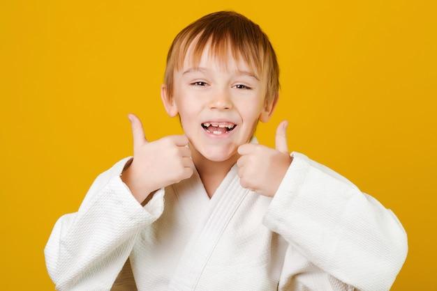 Enfant portant un kimono blanc.